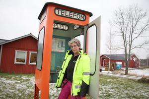 Lisen och Mikael i Åbytorp har en egen telefonkiosk. De har renoverat den och när den är helt färdig blir det invigningsfest.