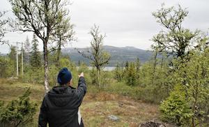 Bengt pekar ut högsta fjället i området, Sömlingshågna. Foto: Torbjörn Ohlsson