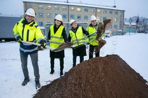 Det var Kristian Haglund, Ulrika Liljeberg, Elisabet Nises-Look och Christer Sveds, ordförande i Leksandsbostäder, som höll i de fyra spadar som gjorde avstampet till bygget vid Snedkanten.