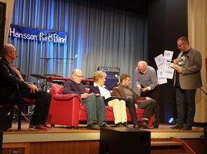 Olof Wigren leder samtalen i röda soffan