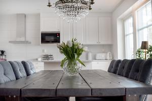 Köksbordet är från Lilla Möblemanget, stolarna från trendrum.se och så den självklara kristallkronan över.