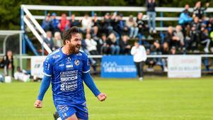 Nowroze Ali Bostan Ali jublar efter 2-1-målet, ett av målen som säkrade Fagersta Södras seger över Sandviken. Foto: Stefan Lindgren