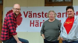 Vänsterpartiet samlades på gamla Tingshuset efter tågandet genom Sveg. Åke Remén, Lillemor Norling och Bo Danielsson framförde deras budskap under torgmötet som fick hållas inomhus.