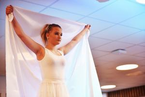 Efter invigningstalet så avslutades dagen för Sofia med att elever dansade till låten Välkommen hem av E.M.D. Ett uppträdande som faktiskt förde prinsessan till tårar.