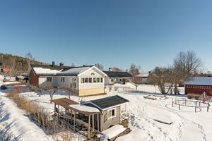 Friliggande villa byggd 1955, 1-plan med källare, trädgårdstomt i hörnläge, stora renoveringar utförda. Foto: Länsförsäkringar Fastighetsförmedling Borlänge