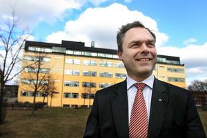KORKAT. Jan Björklund, här på en bild utanför Högskolan i Gävle, har ändrat i förslaget om geografiundervisning på mellanstadienivå. Inte till det bättre enligt Jenny Wennberg.