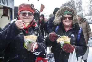 Ester Festin  (Hackås) och Margareta Halfvarsson (Brunflo) käkade lunch i snövädret.