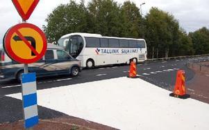 Förutom förbudsskyltar visar tre koner och ett vitmålat körfält på att trafikanten endast kan svänga till höger ut på E-45:an. Foto: Hans Olander