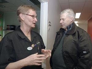 Hans Ungman från Skålsjön som i sitt hälsoval valt den nya hälsocentralen var på plats vid invigningen. Här samtalar han med distriktssköterskan Carin Årdalh- Persson.