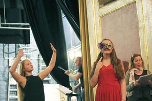 Elever från olika områden deltar: dans, drama, sång och instrument.