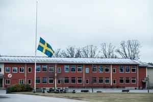 Dagen efter mordet på en 13-årig pojke är Olofström en ort i chock.Flaggorna vajade på halv stång, och en tyst minut hölls för att hedra den döde 13-åringen