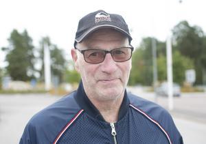 Lennart Hemgren, 74, Stigslund, hade seriebiljetter till Brynäs i många år. Nu blir det mer sällan mellan besöken i arenan.