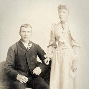 """På en av bilderna i albumet poserar """"Herr och fru Olof Nilsson, Murray, Utah 1893"""". Det ser ut som ett bröllopsfoto, men enligt församlingsboken i Sorunda socken gifte sig Olof och Ida först 1895. Är det här Ida, eller en tidigare fru?"""
