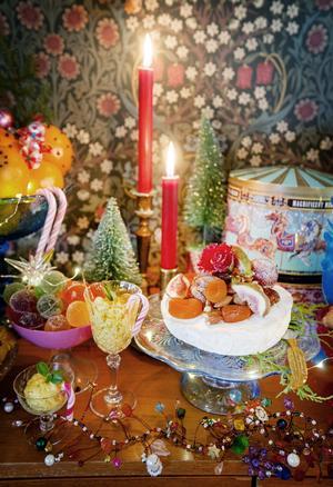 Till vänster ses Louises enkla chokladmousse som blir gul med en gnutta saffran. Till höger ett annat snabbt tips: Att dekorera en brieost med torkade aprikoser, färska fikon, hela valnötter och en röd blomma.