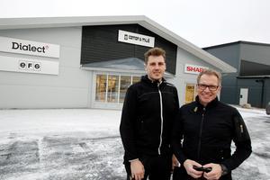 Håkan Karlsson och sonen Andreas gläder sin åt att få stort utrymme för lager och utställning i den nya affärsfastigheten på Prästgatan.