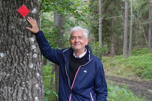 Sune Hamrin visar de nya ledmarkeringarna vid Fjättern i Nynäshamn.