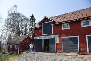 Den stora ladugården tjänar i dag  som verkstad och förråd. Det lilla huset är Eriksdals gamla hönshus som i dag nyttjas som bastu.