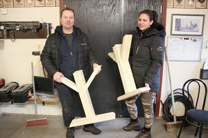Anders Saxholm och sambon Malin Hero tillverkar stockmöbler till klassrummet där motorsågsutbildningarna ska hållas. Så här ser bland annat bordsbenen ut.