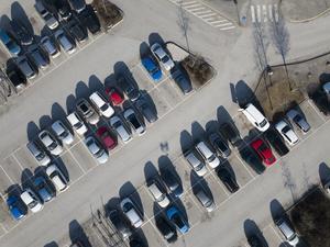 Bilar på en parkeringsplats. Foto: Fredrik Sandberg / TT.