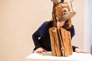 – Just den här dansmasken har inte någon lång historia runt sig, den levandegörs i det teatrala sammanhanget. Av det jag hittar i skogen, pinnar och skrot, tar jag fram figurer. Ofta har de en lång historia runt sig, berättar Boel Mormor Johansson om sitt skapande.