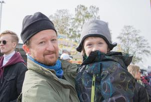 Fredrik Alvarado och sonen Love.