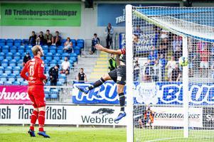 Ilir Berisha försöker förgäves nå bollen som seglar in till 2-0.
