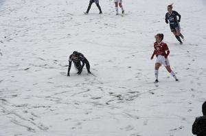 Spelarna halkade runt på det stadiga snötäcket i den första halvleken. I andra blev förhållandena något bättre.