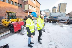 Här är platsen för entrén. Fredrik Persson, byggledare NCC, pekar ut exakta platsen för den glasade huvudentrén för  Lars Thornberg, projektledare Örebro kommun. T v Riksbankshuset som ska förbindas med Kulturkvarteret med glasad gång och i bakgrunden syns Behrn tower.
