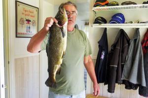 Kent Dahlström drog upp en öring på 2,8 kilo i Stensjön i Lillhärdals fiskevårdsområde. En av många fina öringar i starten på årets Fiskeliga i Härjedalen.