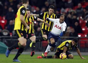 Tottenham är stor favorit hemma mot Watford på lördag. Här en bild från förra säsongens möte på Wembley den 30 januari där Tottenhams Lucas Mora försöker trixa sig förbi fyra Watford-spelare. Watford, som snart vinner sin första match den här säsongen, kan bli en obehaglig överraskning för Tottenham på lördag. Foto: Frank Augstein/AP/TT