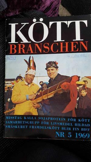 Kalle Wallin (till höger) till höger vann en meter korv som räcktes över av Olle Lindberg i Lions. Fotot prydde tidningens omslag.