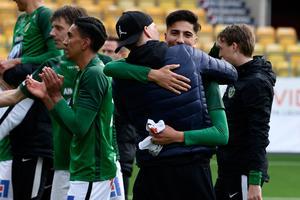 Peter Gwargis kramas om av glada lagkamrater sedan han blivit matchvinnare i Jönköpings Södras 2-1-seger mot Norrby på Borås Arena.
