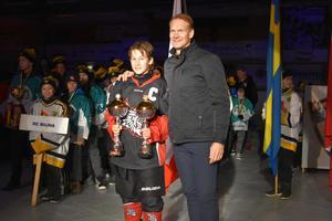 Täbys Melvin Novotny fick åka fram till Nicklas Lidström flera gånger för att hämta pris, både individuellt och till laget.