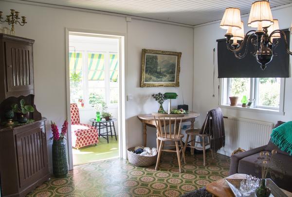 Stugan har Anna inrett med ärvda möbler, loppisfynd och några saker som den förra ägaren lämnade efter sig.