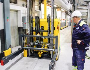 Produktionschefen Robert Sundin visade en av de förarlösa truckorna i samband med ett reportage i Arbetarbladet våren 2015.