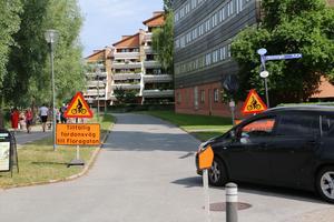 Här, vid cykelbanan jäms med Svartån får bilister till Floragatan köra istället.
