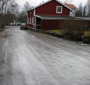 Gata eller skridskobana? Skålpussgränd i Falun den gångna helgen.