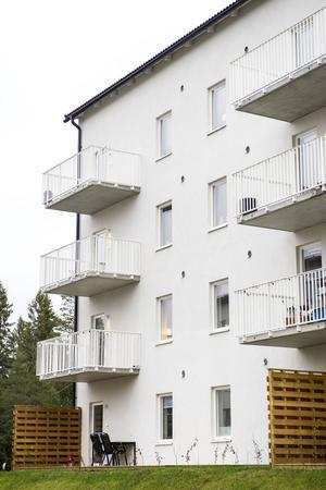 Elin Berglund och Fredrik Sjöberg bor på tredje våningen i det nybyggda huset.