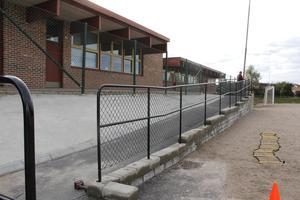 Elundskolan har också fått en ny ramp och stenmur mot skolgården.