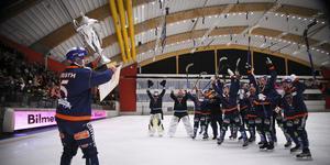 Ville Aaltonen ( i keps i mitten) fick fira cupguldet från bänken.