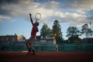 En sommarkväll på NTK:s tennisbanor vid Vikingavägen. Foto: Felix Wallier
