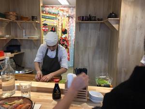 Trevlig lunchunderhållning på japanskt mathål. Foto: Lunchkollen