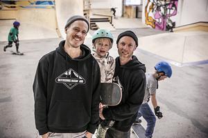Daniel Roos och Magnus Lindström (här med sonen Hjalmar)är två av de drivande krafterna inom Östersunds brädklubb och Bangården.