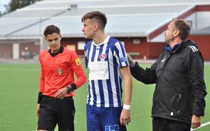 Ruben Mazzola får instruktioner av tränaren Jonas Björkgren innan succéinhoppet mot Forssa.