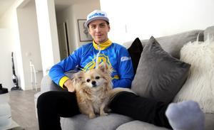 Linus Sundström i hemmet utanför Avesta.