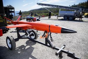 Två mindre robotar, värda tre miljoner styck, väntar på att laddas på den speciella avfyringsrampen.