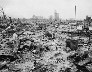 Bara en handfull byggnader stod kvar efter bombningen av Hiroshima. Bomben dödade mellan 90 000 och 150 000 människor.Foto: AP Photo.
