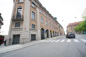 Foto: Fredrik Sandberg / SCANPIX/TT. Här i Försvarsdepartementet i Stockholm jobbar Tommy Åkesson, i anrika gamla Skandinaviska Bankens palats.