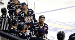 Erik Johansson firar tillsammans med lagkamraterna efter ett av Borlänges åtta mål mot Malung.