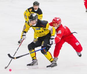 Örebros lagkapten Victor Janers håller undan Starts Vitalij Usov. Foto: Lennart Eriksson